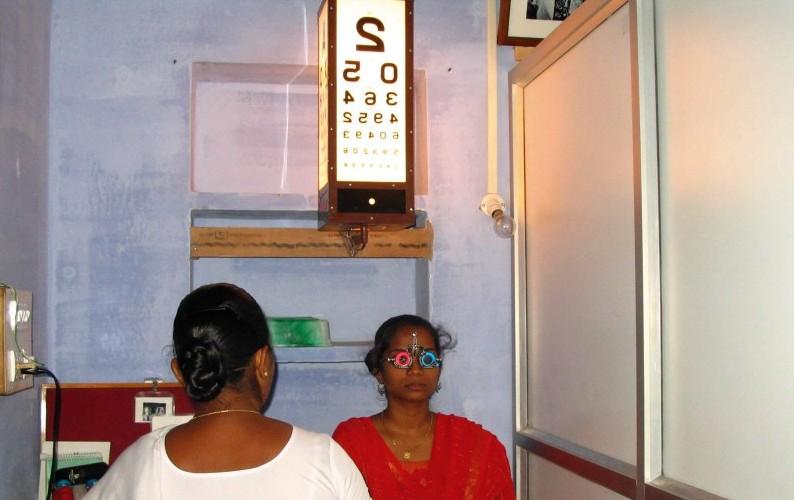 A patient undergoes refraction. INDIA. © Dhivya Ravilla