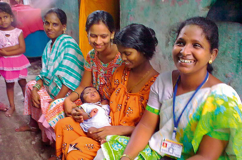A female eye care worker (right) supports mothers in the Mumbai community where she lives. INDIA © Shilpa Vinod Bhatte