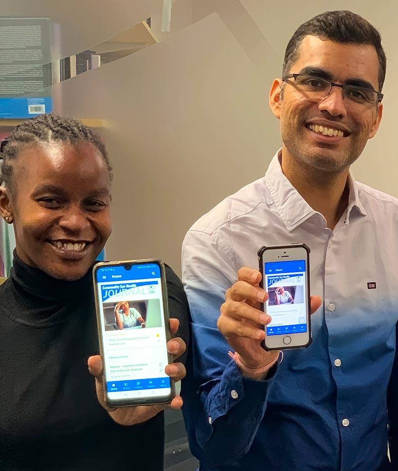 Un homme et une femme souriants montrent chacun l'écran de leur smartphone, qui est ouvert à la page montrant l'application CEHJ App