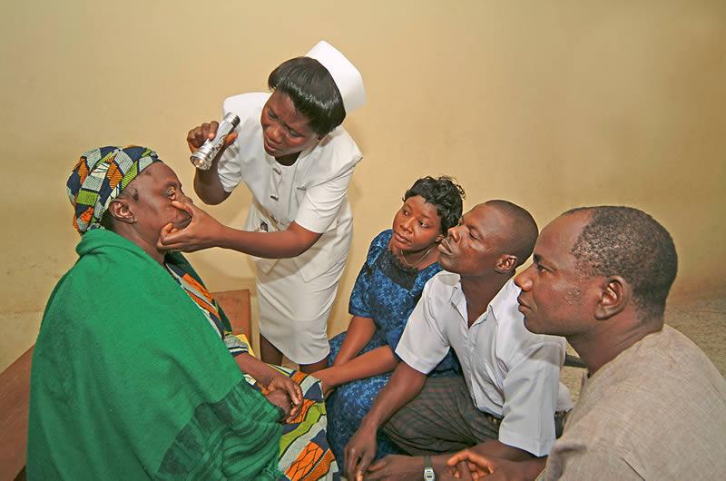 Démonstration d'examen oculaire. Zul Mukhida/Sightsavers