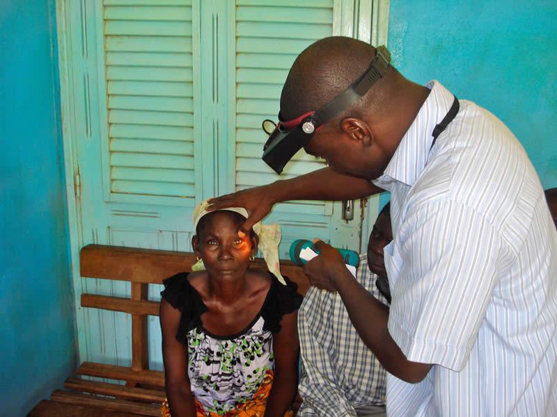 Examen oculaire dans une communauté rurale. CÔTE D'IVOIRE. © Ferdinand Ama