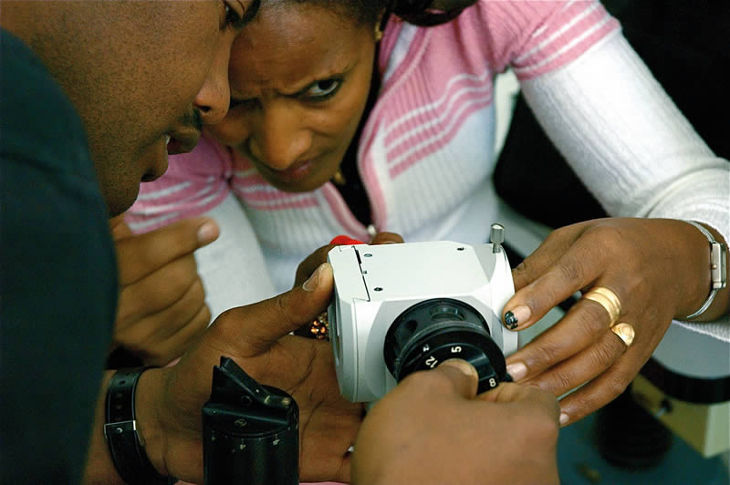 Trainees learn how to repair and maintain a slit lamp. ETHIOPA © Ismael Cordero/ORBIS
