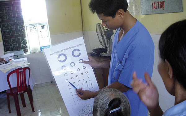 A field worker explains how a visual chart works to a leprosy patient in Van Mon leprosy village, Thai Binh. VIET NAM. © Le Van Tung.