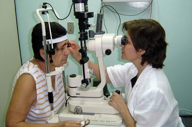 Examining a patient. PARAGUAY © Aldo Noguera.