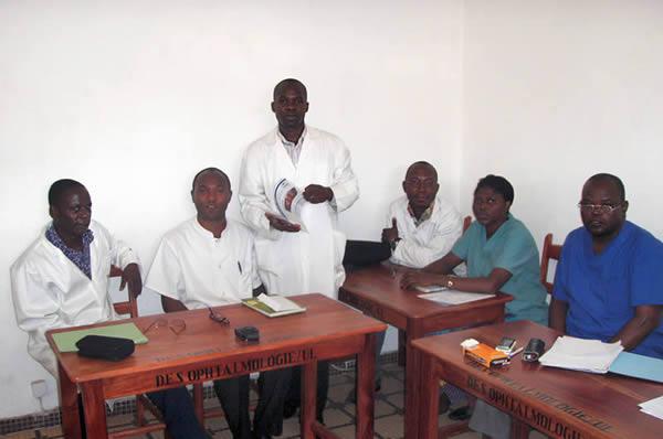 Techniciens supérieurs en ophtalmologie avec la Revue. TOGO © K Messan Amedome