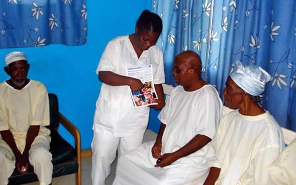 Cette fiche sert à montrer un geste de soin aux patients. CÔTE D'IVOIRE. Ferdinand Ama